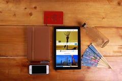 Viaje y concepto aislados en fondo de madera Fotos de archivo libres de regalías
