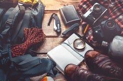 Viaje y equipo del turismo en el fondo de madera, visión superior Concepto de la actividad del día de fiesta de la forma de vida  fotos de archivo libres de regalías