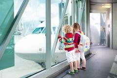 Viaje y mosca de los niños Niño en el aeroplano en aeropuerto imagen de archivo libre de regalías