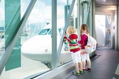 Viaje y mosca de los niños Niño en el aeroplano en aeropuerto foto de archivo