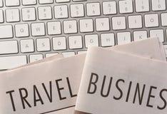Viaje y periódico de negocios en el teclado Imagenes de archivo
