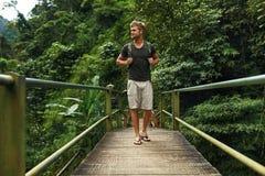 Viaje y turismo Hombre turístico sano en Forest In Summer imagen de archivo libre de regalías
