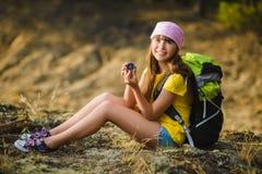 Viajero adolescente de la muchacha con el compás del holdind de la mochila Concepto del recorrido y del turismo Fotografía de archivo