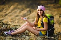 Viajero adolescente de la muchacha con el compás del holdind de la mochila Concepto del recorrido y del turismo Imagen de archivo