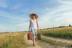 Viajero adolescente que camina adelante en la carretera nacional Fotos de archivo