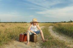 Viajero adolescente que espera y que se sienta en el equipaje Imagen de archivo
