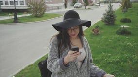 Viajero atractivo de la mujer de la mujer joven que usa el smartphone al aire libre almacen de video
