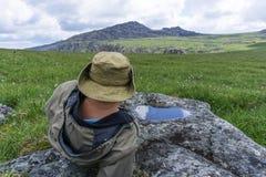 Viajero cansado en las montañas imagen de archivo libre de regalías