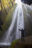 Viajero cerca de la cascada de Gljufrafoss Imágenes de archivo libres de regalías