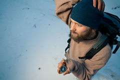 Viajero con el compás en bosque del invierno Fotos de archivo