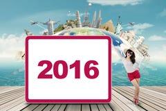 Viajero con el número 2016 en el tablero Imagen de archivo libre de regalías