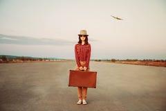 Viajero con la maleta Foto de archivo libre de regalías
