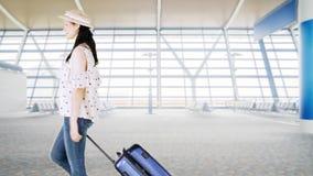 Viajero con la maleta que camina en aeropuerto metrajes