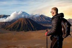 Viajero contra salida del sol fantástica en el volcán de Bromo indonesia Java Island foto de archivo libre de regalías
