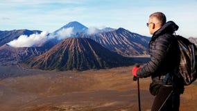 Viajero contra salida del sol fantástica en el volcán de Bromo indonesia Java Island fotografía de archivo