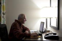 Viajero de asunto con el ordenador Fotos de archivo