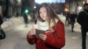 Viajero de la chica joven que usa la tableta en la ciudad almacen de video