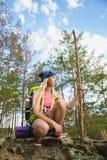 Viajero de la muchacha con la mochila en la aventura del bosque de la colina, viaje, concepto del turismo Foto de archivo