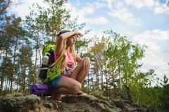 Viajero de la muchacha con la mochila en la aventura del bosque de la colina, viaje, concepto del turismo Imagen de archivo libre de regalías