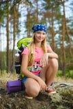 Viajero de la muchacha con la mochila en la aventura del bosque de la colina, viaje, concepto del turismo Fotos de archivo libres de regalías