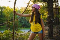Viajero de la muchacha con la mochila en la aventura del bosque de la colina, viaje, concepto del turismo Fotos de archivo