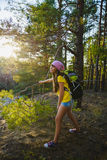 Viajero de la muchacha con la mochila en la aventura del bosque de la colina, viaje, concepto del turismo Imagen de archivo