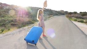 Viajero de la mujer con el funcionamiento de la maleta almacen de video