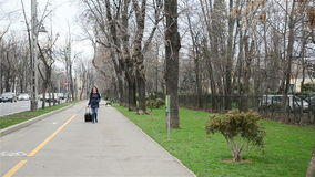 Viajero de la mujer con la maleta almacen de metraje de vídeo