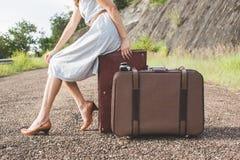 Viajero de la mujer con lugguage del vintage en color retro Fotografía de archivo libre de regalías