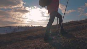 Viajero de la mujer con la mochila que camina en montañas Caminante de la silueta que camina en las montañas, la libertad y la fe almacen de metraje de vídeo