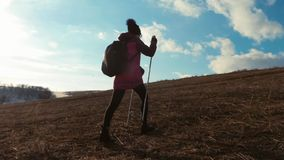 Viajero de la mujer con la mochila que camina en montañas Caminante de la silueta que camina en las montañas, la libertad y la fe almacen de video