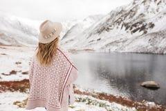 Viajero de la mujer en el fondo de un lago de la montaña fotos de archivo