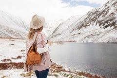 Viajero de la mujer en el fondo de un lago de la montaña imagenes de archivo