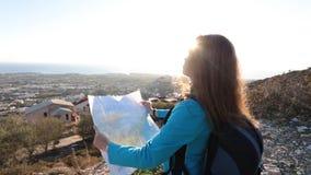 Viajero de la mujer joven con una mochila y un mapa metrajes