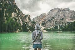 Viajero de la mujer joven que coloca y que mira a Lago di Braies Fotografía de archivo