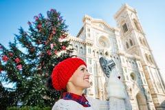 Viajero de la mujer joven que hace las fotos de la Navidad en Florencia Fotos de archivo