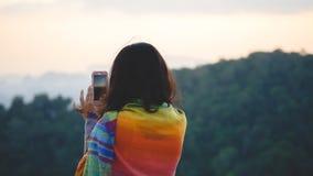 Viajero de la mujer joven que toma la foto con smartphone mientras que se coloca imágenes de archivo libres de regalías