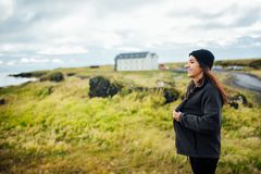 Viajero de la mujer que acampa y que explora Islandia Equipo y ropa que acampan para los caminantes y las condiciones atmosférica Fotografía de archivo libre de regalías