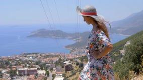 Viajero de la mujer que disfruta de la opini?n hermosa de la ciudad almacen de metraje de vídeo