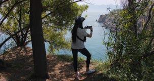 Viajero de la mujer que hace la foto con smartphone en la costa de Antalya en Turquía Destino tur?stico famoso almacen de video
