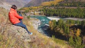 Viajero de la mujer que mira el barranco natural con la vista del r?o de la monta?a Concepto de recorrido metrajes