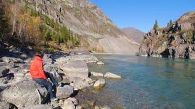 Viajero de la mujer que mira el barranco natural con la vista del r?o de la monta?a Concepto de recorrido almacen de metraje de vídeo