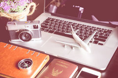 Viajero de negocios con los objetos del viaje en la tabla Imagen de archivo libre de regalías