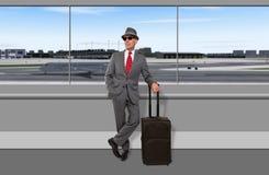 Viajero de negocios que espera en el aeropuerto Imágenes de archivo libres de regalías