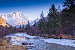 Viajero debajo de la montaña de la nieve Imagenes de archivo