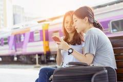Viajero del asiático de la chica joven junto que usa smartphone móvil foto de archivo libre de regalías