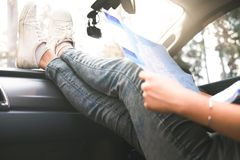 Viajero del coche de la mujer joven con el mapa Foto de archivo