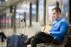 Viajero del Freelancer que espera en la estación de transporte fotos de archivo libres de regalías