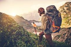 Viajero del hombre con concepto grande de la forma de vida del viaje del alpinismo de la mochila imagen de archivo libre de regalías