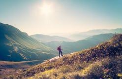 Viajero del hombre con forma de vida del viaje del senderismo de la mochila Foto de archivo libre de regalías